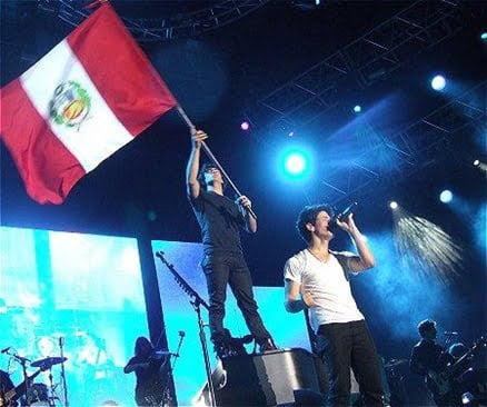 Jonas Brothers en Lima Peru bandera